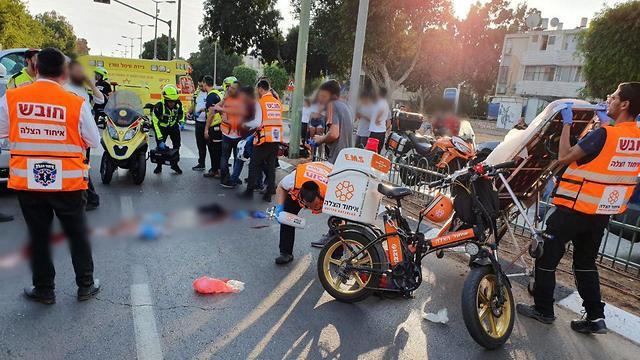 ירת התאונה באשדוד בה נהרג ילד בן 15 אשר רכב על קורקינט ונפגע (צילום: איחוד והצלה)