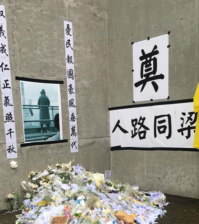 מחוץ לפרלמנט. בפוסטר שתלוי על הקיר מצולם אדם שקפץ מהבניין - הראשון להתאבד בגל המחאה הזה
