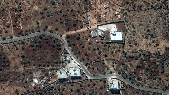 צילום לווין מספטמבר מגורים של אבו בכר אל בגדדי ליד כפר בארישא סוריה (צילום: EPA / maxar)
