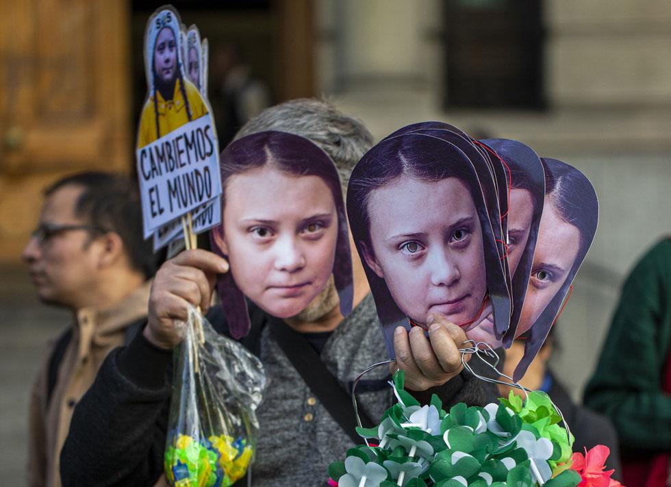 מכירת מסכות בדמותה על טונברג (צילום: AP)