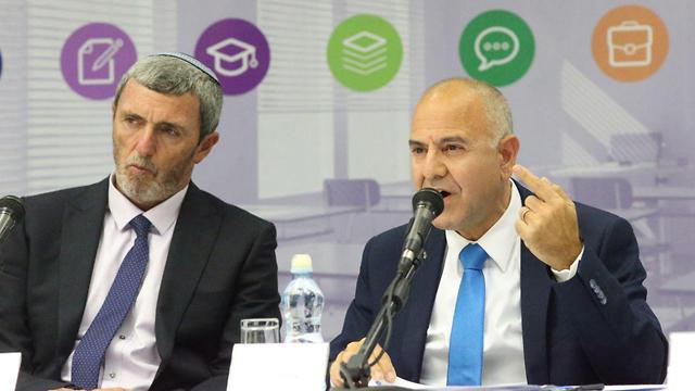 רפי פרץ ושמואל אבואב במסיבת העיתונאים (צילום: מוטי קמחי)