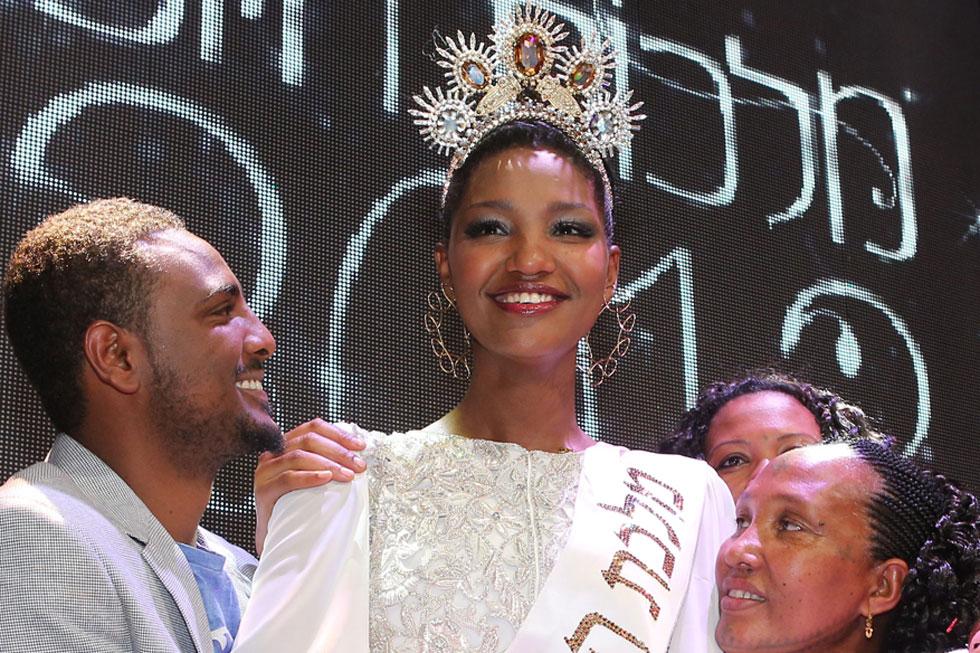 """""""תמיד אייצג את העדה"""". טיטי איינאו ובני משפחתה ברגע הזכייה בתחרות מלכת היופי ב-2013  (צילום: אלעד גרשגורן)"""