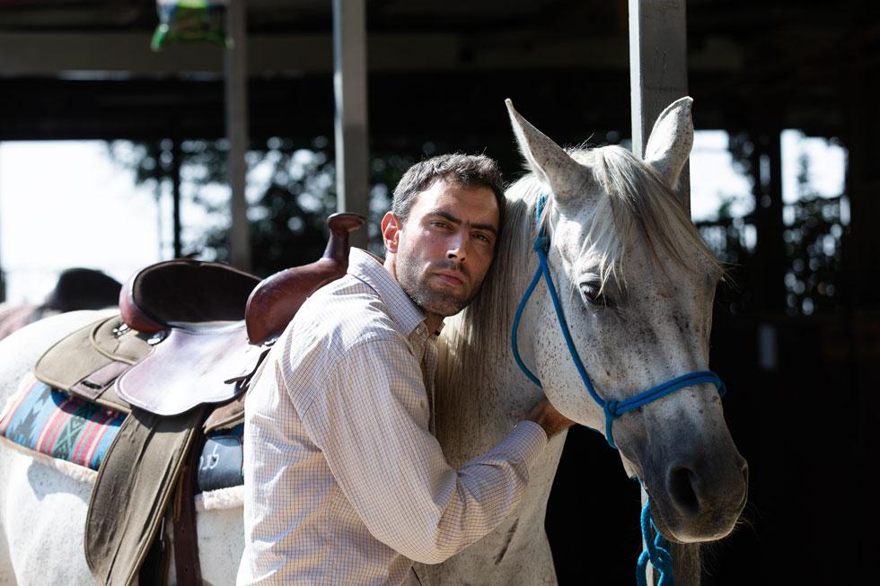 """בחוות הסוסים של רטורנו. """"אדם מכור צריך להבין שהוא הקורבן, לא הפוגע, כך שהוא צריך לדעת לבקש עזרה"""" (צילום: אלכס קולומויסקי)"""