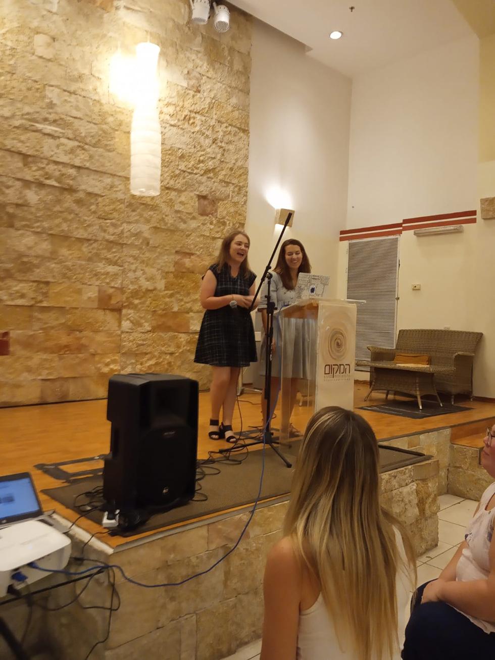 רייצ'ל וור ושרה דודסון (צילום: יח