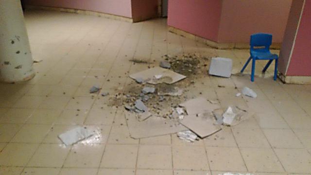 התקרה קרסה - בנס לא היו ילדים באזור ()