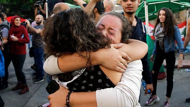אנשים שמחים לאחר התפטרות של ראש ממשלת לבנון סעד אל חרירי ב ביירות (צילום: AP)
