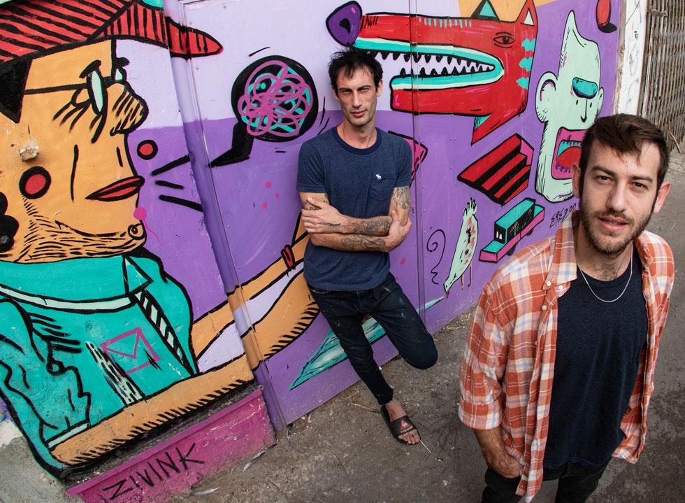 """האחים ארז (מימין) וזיו שמח. """"כל פעם שאנחנו חוזרים לציור שלנו, זה מרגיש בבית"""" (צילום: גיל נחושתן)"""