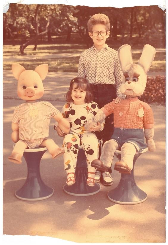 Марина Максимилиан c братом Вадимом Блюминым в детстве. Фото из семейного архива