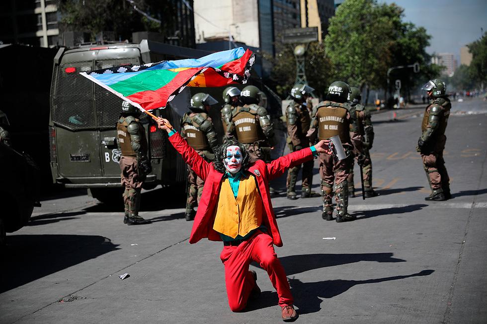 מפגין בתחפושת ג'וקר ב סנטיאגו צ'ילה (צילום: AP)