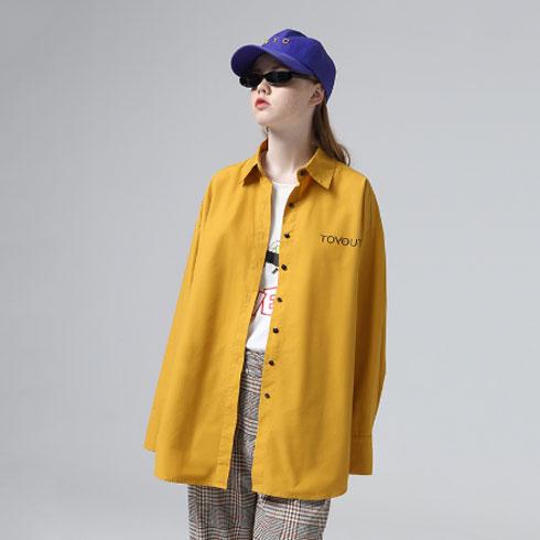 ואפשר גם: חולצת ז'קט צהובה עם כיתוב בגב, 112 שקל  (צילום: מתוך aliexpress.com)