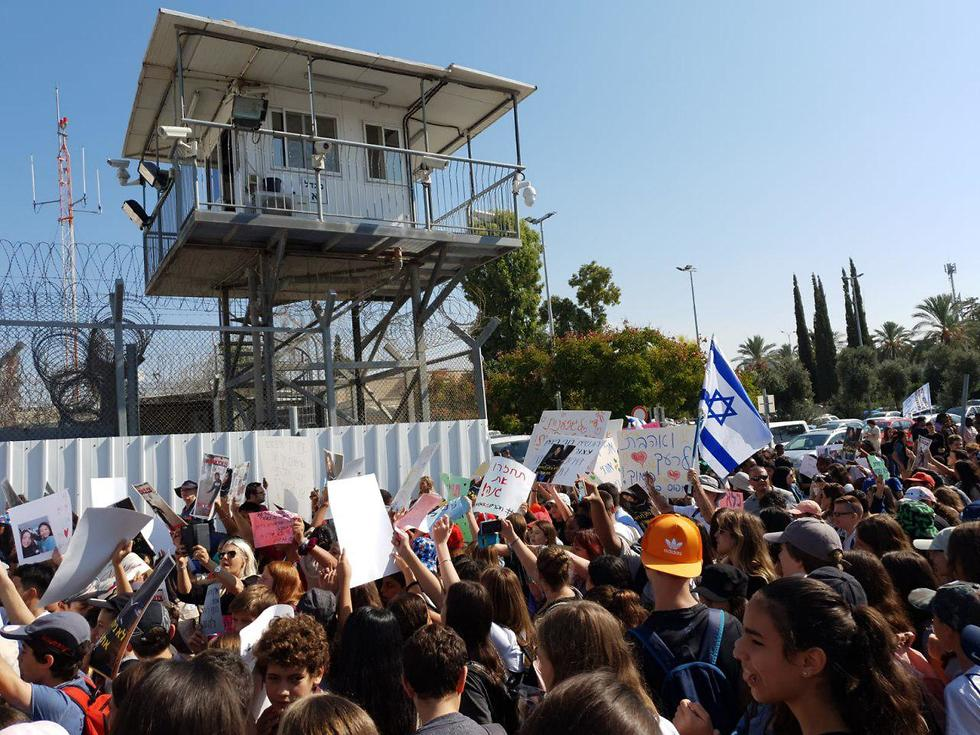Students and teachers demonstrate against planned deportation of two of their friends to the Philippines (Photo: Yariv Katz)