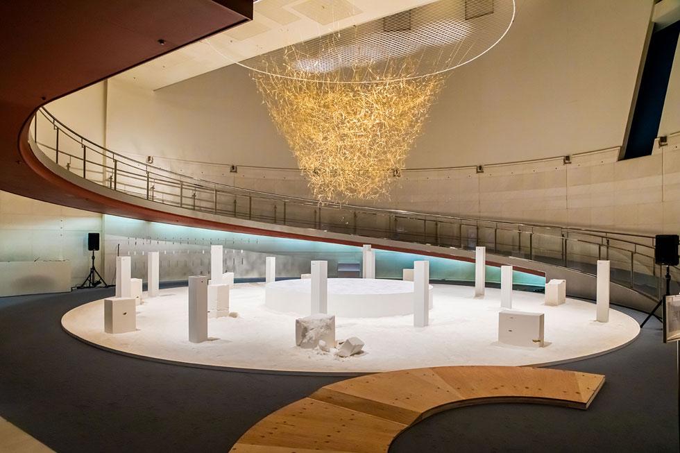 בגלריה ''ספירל'' שבלב טוקיו. שלושה פרויקטים עיקריים שולבו יחד במרכז: מלמעלה יורד מיצב חיטה, המסמלת חיים. העמודים הלבנים נראים אטומים, אך עיניות הצצה מגלות גנים קטנטנים וקסומים. על הקרקע טונות של מלח, המסמל מוות. הלבן מטעה, כפי שתראו בצילום הבא (צילום: באדיבות בית הנסן)