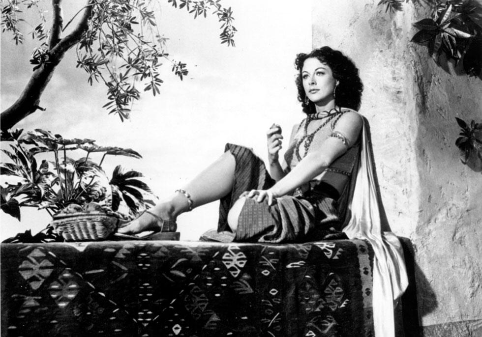 """""""כל אחת יכולה להיות כוכבת בהוליווד. כל מה שאת צריכה לעשות זה לעפעף בעיניים ולהיראות טיפשה"""". הדי לאמאר בסרט """"שמשון ודלילה"""", 1949 (צילום: AP)"""