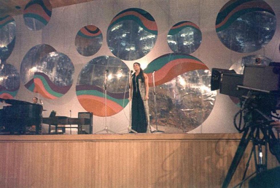 """תמונה נדירה: צילה דגן מבצעת את """"כוכבים בדלי"""" בפסטיבל הזמר 1970 בבנייני האומה בירושלים. המופע צולם לטלוויזיה, אבל הסרט נמחק (צילום: אמיתי לבון)"""