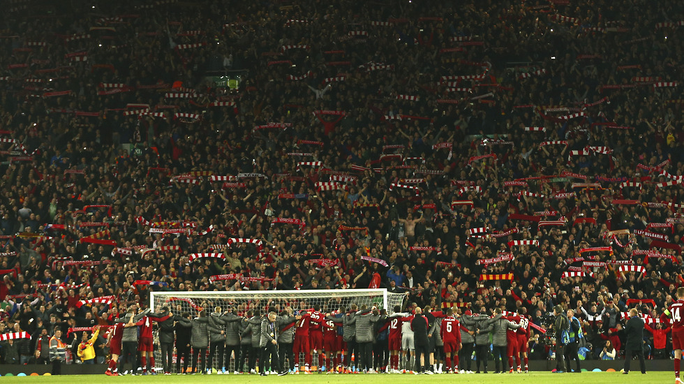 שחקני ליברפול חוגגים עם האוהדים אחרי הדחת ברצלונה (צילום: AP)