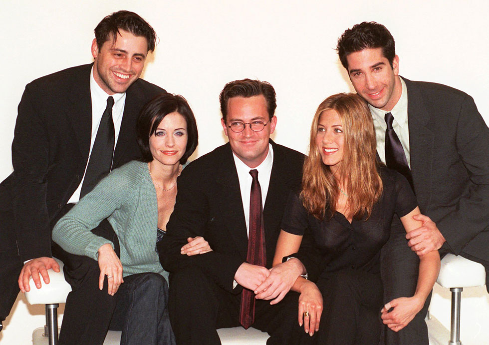 """לא מתגעגעת לתספורת """"רייצ'ל"""". עם שחקני הסדרה """"חברים"""", 1998 (צילום: AP)"""