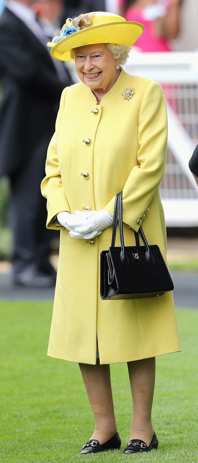 עושה ביקורי בית. המלכה אליזבת (צילום: Gettyimages)