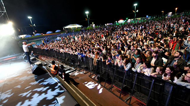 Thousands of young Jews from all around the world celebrating in the crowd (Photo: Ran Biran)