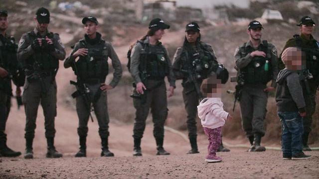Troops enforcing military zone orders in the settlement of Yitzhar (Photo: Avraham Shapira) (Photo: Avraham Shapira)