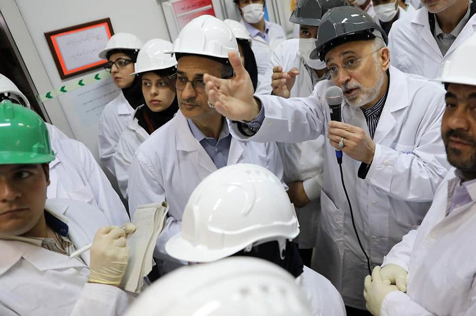 אכבר סלאחי ראש סוכנות הדגרעין של איראן חושף צנטריפוגות מתקדמות ב מתקן העשרת ה אורניום ב נתנז איראן  (צילום: AP)