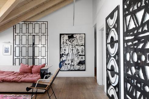 את הציור הגרפי על הקיר ציירו תאומים בני 7 וחצי, ילדיהם של זוג חברים טובים. עבודות המתכת מימין מבוססות על דוגמה של נייר עטיפה (צילום: שירן כרמל)