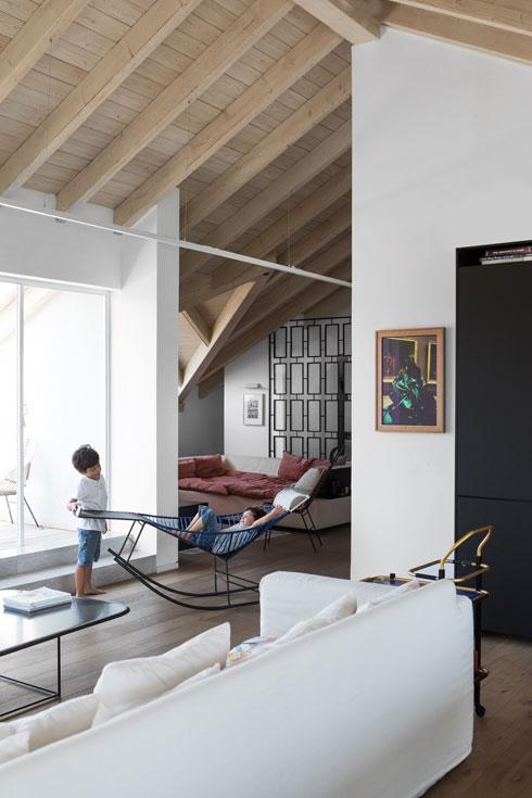 כיסא נדנדה מפלסטיק קלוע, של חברת האופנה ''מארני'' (צילום: שירן כרמל)