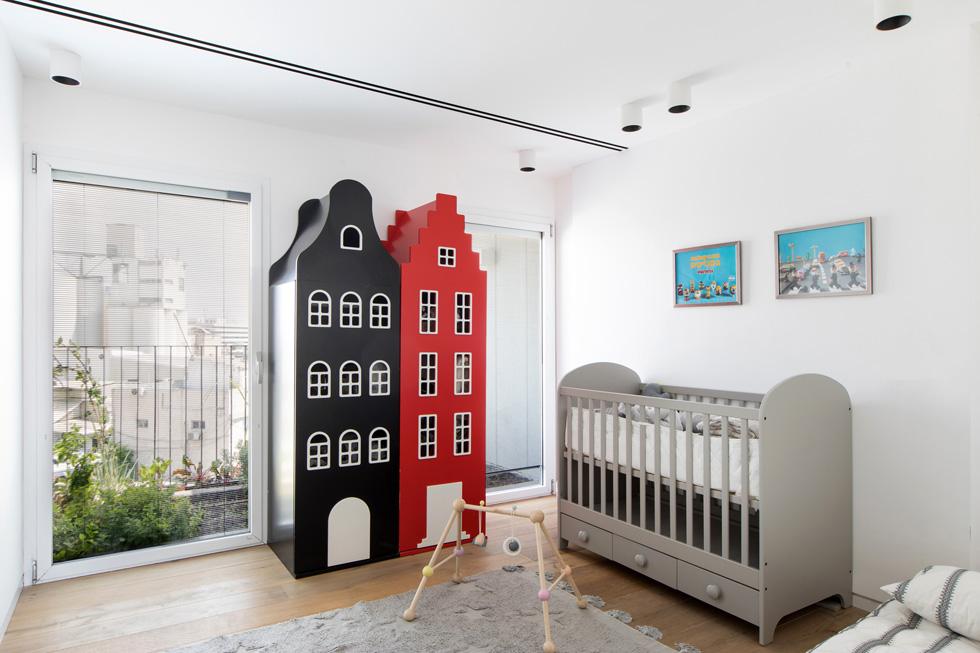 מה שהיה מטבח בתוכנית הדירה המקורית הוסב לחדרו של התינוק אלף. גינת ירק מטופחת מעבר לחלון ומתחברת למרפסת הארוכה שמקיפה את חדר ההורים הצמוד (צילום: שירן כרמל)