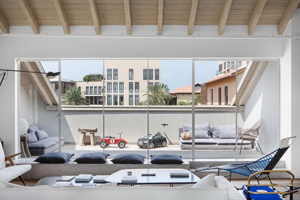 מהמרפסת בצד השני רבקה מנופפת לשלום להוריה, שגרים בפנטהאוז ממול. ומה הם רואים מהגג עוצר הנשימה שלהם? התשובה בסוף הכתבה (צילום: שירן כרמל)