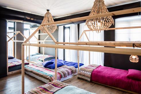 משכן השינה המשותף שעיצבה ל-14 הנכדים (צילום: עמית גרון)