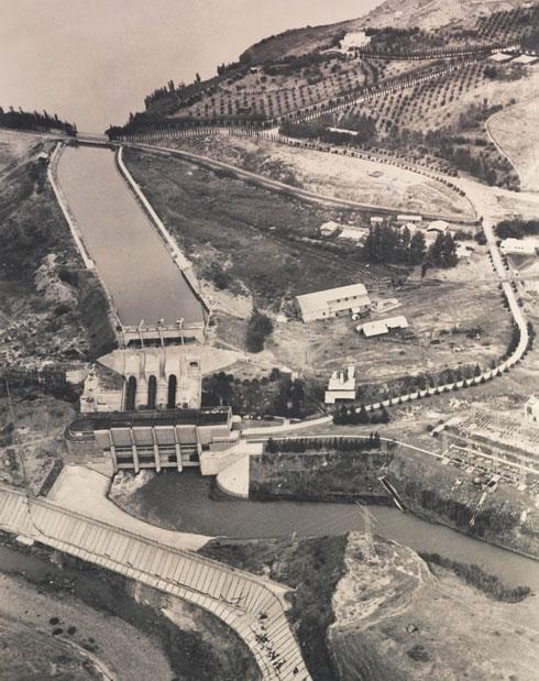 המיזם השאפתני הוקם בעמק הירדן, שהיה אזור כפרי ונחשל במידה מסוימת, משני צדי הנהר (צילום: זולטן קלוגר הספריה הלאומית , CC)