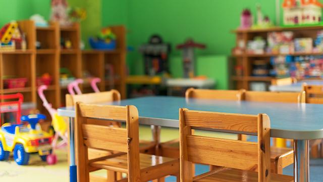 אילוס ילדה עם תיק הולכת ל גן ילדים (צילום: shutterstock)