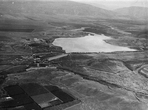 לצד התחנה הוקם היישוב ''תל אור'' לעובדי המפעל, עם אגם מלאכותי רחב ידיים (צילום: Library of Congress, Prints & Photographs Division, LC-DIG-matpc-12218)
