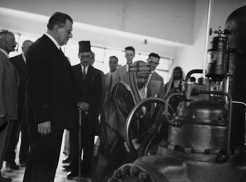 האמיר מתכבד בהתנעת הטורבינות. תחנת נהריים סיפקה את הסחורה: כרבע מתצרוכת החשמל של ארץ ישראל, ואספקת חשמל רבה לירדן (צילום: Library of Congress, Prints & Photographs Division, LC-DIG-matpc-15245)