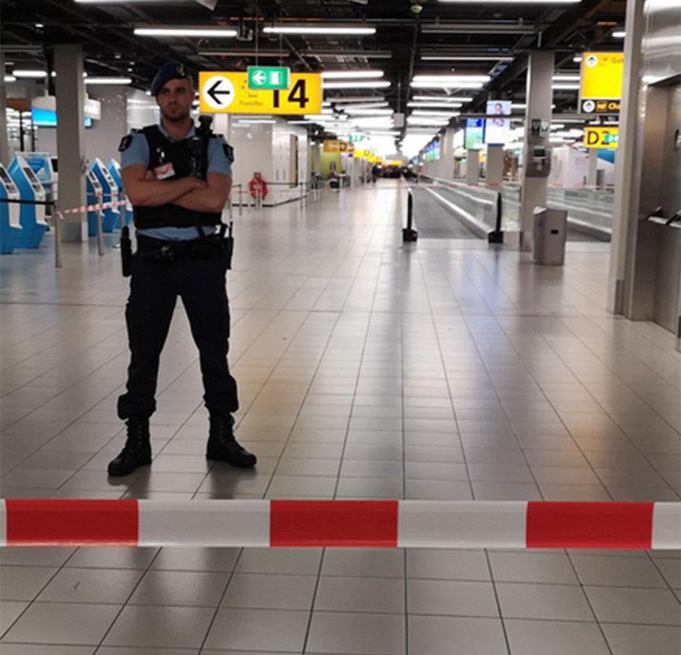 כוחות ביטחון ב נמל תעופה סכיפהול אמסטרדם הולנד מטוס ()