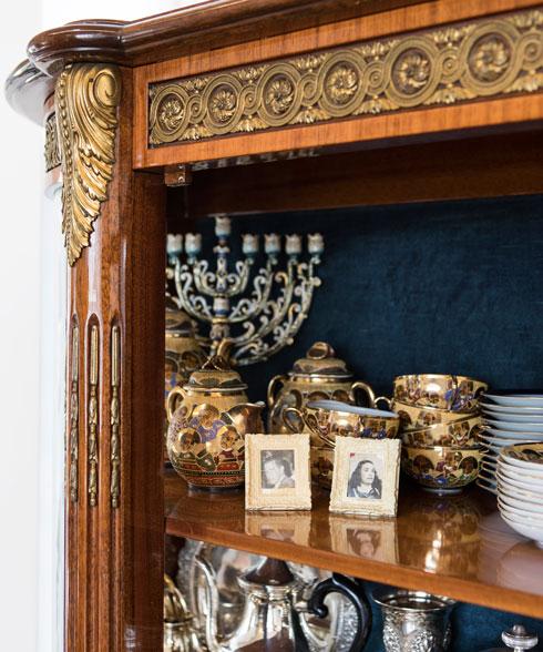 בארון צילומים משפחתיים ומערכות כלים לחג (צילום: שירן כרמל)