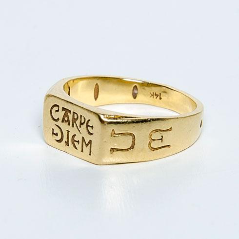 """""""גלי בת זוגי היתה בטולוז לפני המון שנים והתאהבה בטבעת הזו. יש מאחוריה סיפור יפה על אביר שהומלך למלך והתאהב בפשוטת עם. בטבעת יש שעון שמש שסייע למפגשים ביניהם. התרגשתי מאוד מהסיפור ויצרתי שתי רפליקות מזהב, אחת לי, השנייה לה. זה סוג של ברית זוגיות בינינו"""" (צילום: ענבל מרמרי)"""
