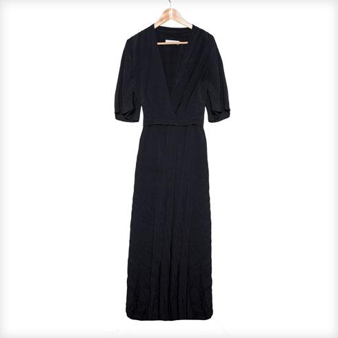 """שמלה שחורה, Tres. """"זאת שמלה שאני יכולה ללבוש כל יום בצורה אחרת ולגרוף עליה מחמאות. המותג הוא לא הסגנון הטבעי שלי. הוא מאוד בוהו, קוקטי, וכל כך לא אני. אבל הפכתי להיות קצת כזו בזכותן"""" (צילום: ענבל מרמרי)"""