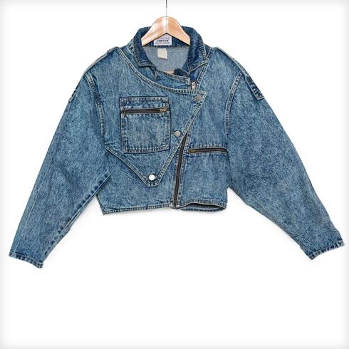 """""""העור השני שלי. אני לובשת לכל מקום ז'קט ג'ינס. נניח אם אני בחו""""ל וקצת קר לי ואין לי ז'קט, אני רוכשת אחד נוסף. יש לי אוסף גדול מאוד של ז'קטים מג'ינס. זה ספציפית נרכש בטוקיו"""" (צילום: ענבל מרמרי)"""