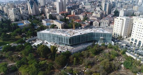 החזית לגן העצמאות: קירות מסך ירקרקים (צילום: Drone Image Bank)