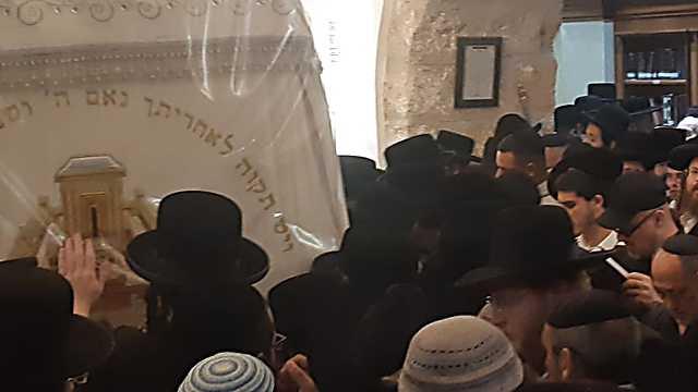 רבבות יהודים מגיעים להתפלל ()