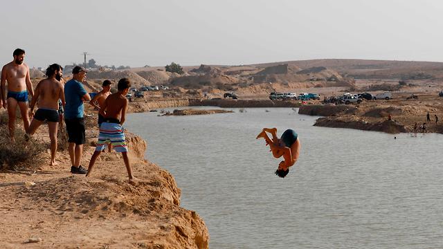 Israeli tourists jump in the water at Nitzanei Sinai (Photo: AFP)