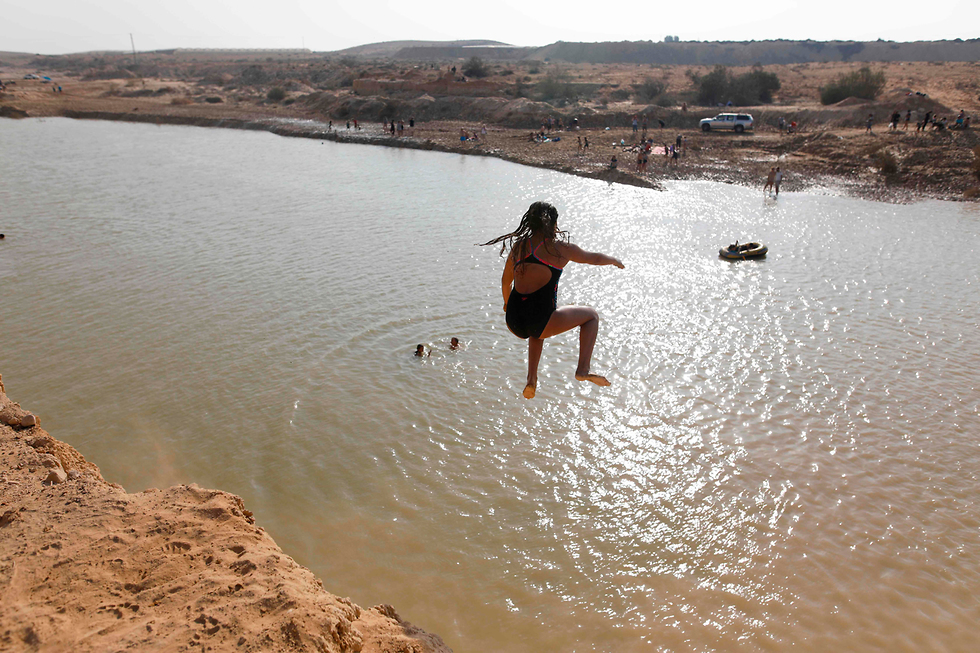 Israelis go swimming at Nitzanei Sinai in the Negev Desert (Photo: AFP)
