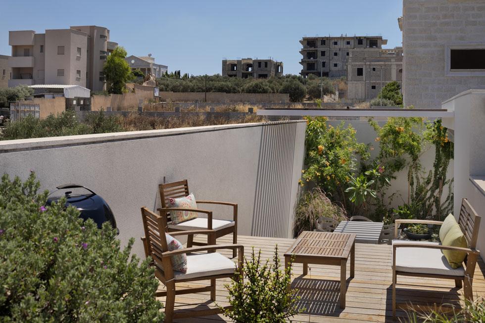 מכאן אפשר להשקיף אל נוף הסביבה, ואל כל שטח הגג, שמתוכנן להפוך גם הוא לגינה (צילום: אסף פינצ'וק)