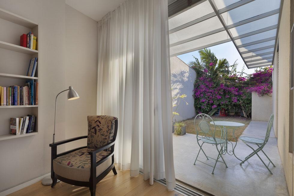 בניגוד לשקיפות המוחלטת שמאפיינת את הבית, חדרי השינה פרטיים לגמרי. מכל אחד מהם יש יציאה לגינה ההיקפית, אך לא לחצר הפנימית (צילום: אסף פינצ'וק)