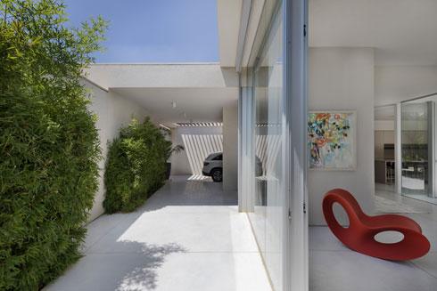 החניה והכניסה לבית (צילום: אסף פינצ'וק)