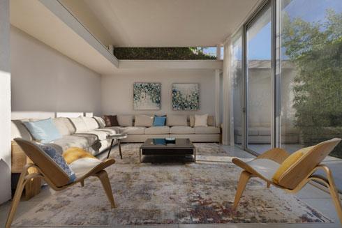 כיסאות של אימס ואמנות מדלית אל-כרמל (צילום: אסף פינצ'וק)