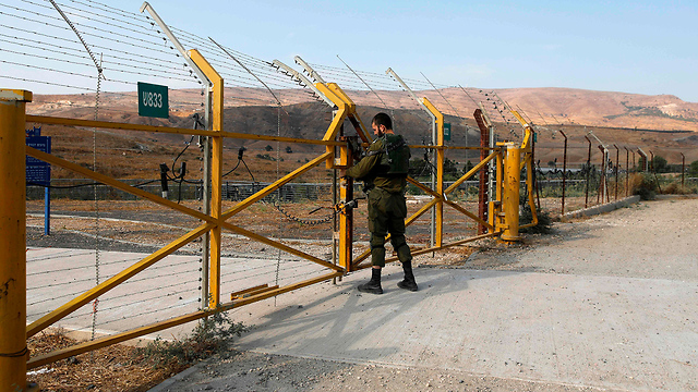 Israeli soldier closing the gate into the Island of Peace (Photos: AFP)
