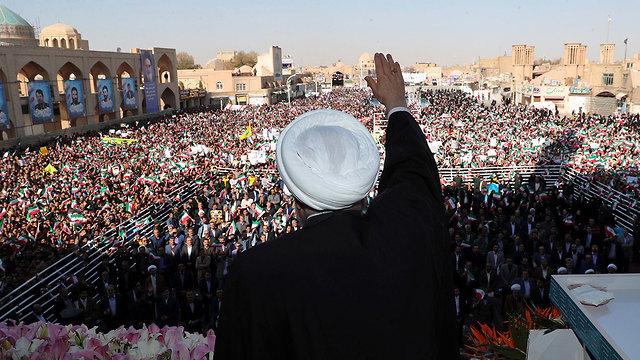 נשיא איראן חסן רוחאני נואם בפני תומכים בעיר יזד מכריז על גילוי שדה נפט חדש (צילום: AP)