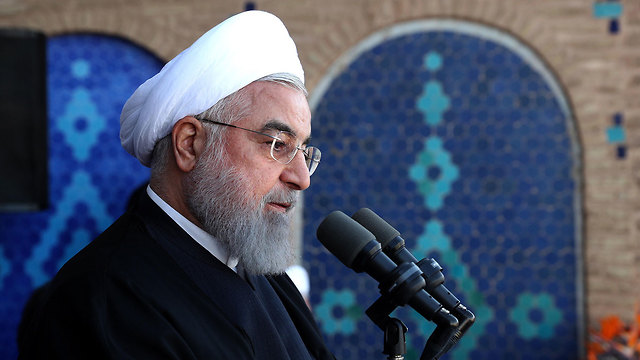 נשיא איראן חסן רוחאני נואם בפני תומכים בעיר יזד מכריז על גילוי שדה נפט חדש (צילום: EPA)