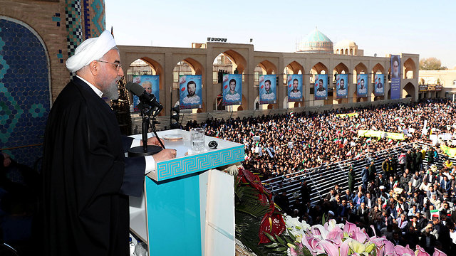 נשיא איראן חסן רוחאני נואם בפני תומכים בעיר יזד מכריז על גילוי שדה נפט חדש (צילום: רויטרס)